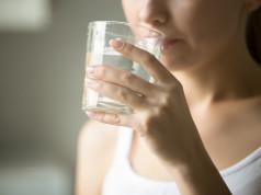 Mineralna voda: treba li je piti i koliko?